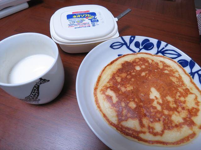 豆腐と餅入りホットケーキと牛乳のセット