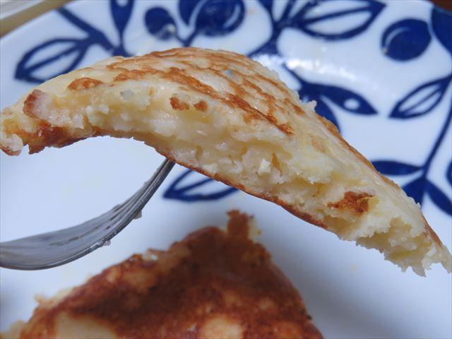 豆腐と餅入りホットケーキの断面