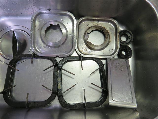 ガスコンロの部品をアルカリ炭酸水に浸けて油汚れがゲル状になった