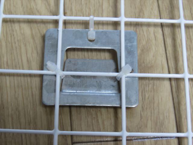 壁掛け扇風機の留め金具を結束バンドでワイヤフレームに取り付ける