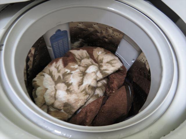 浴槽の中で2回ほど濯いだカーペットを洗濯機で洗濯する