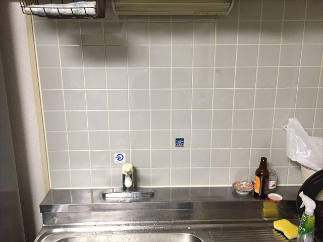 壁がタイルのキッチン。ここにワイヤーネットを作る
