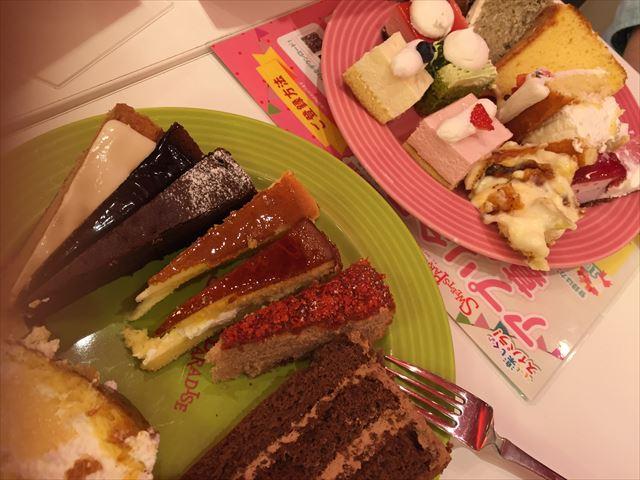 皿にケーキなどのスイーツを盛付けて今から食べるところ
