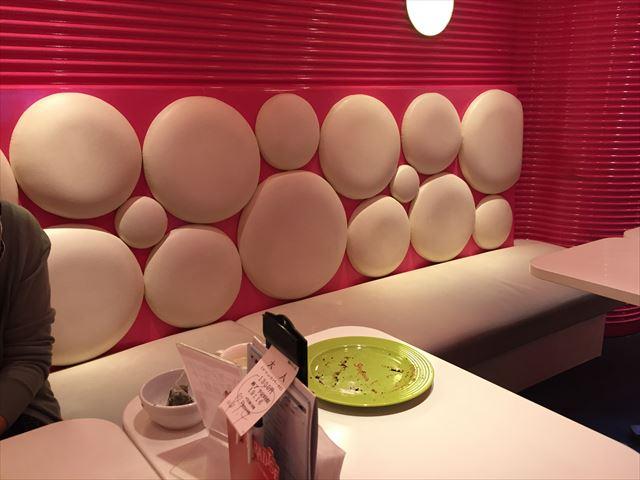 スイパラ福岡の店内のテーブル座席