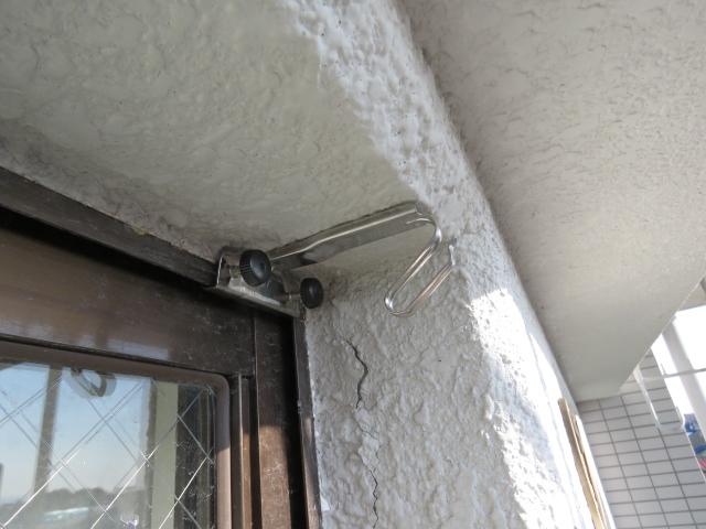 アパートのベランダ窓のサッシにすだれ用吊り金具を取り付ける