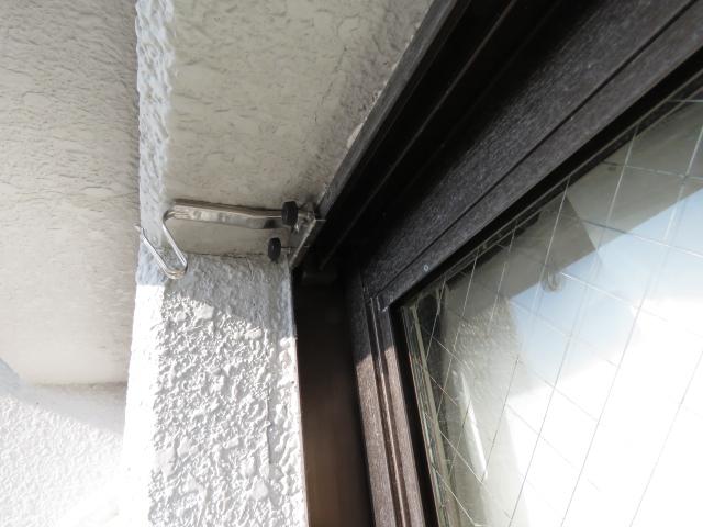 アパートのベランダ窓のサッシにすだれ用吊り金具を取り付ける2