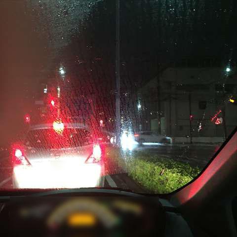 雨の夜、車のフロントガラスが曇りで見えない