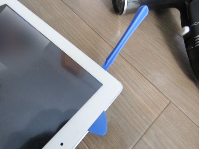 ipadのフロントパネルの隙間にプラスチックのヘラを差し込んで剥がす