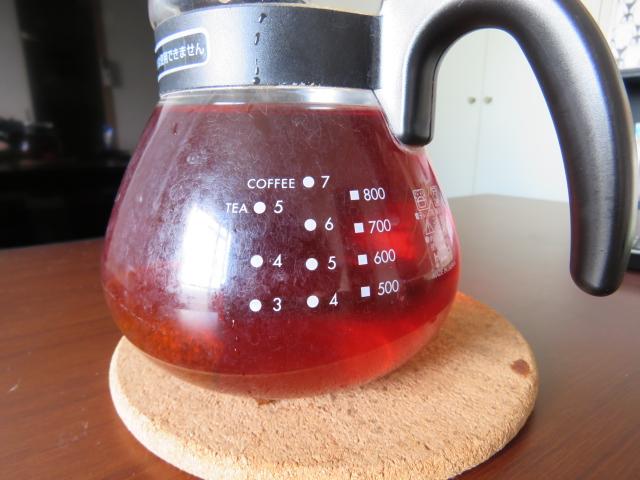ティーライフのルイボスティー1個と約1,000mlのお湯をティーポットに入れてお茶を抽出する