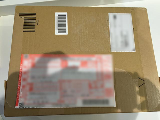 梱包した返品物に着払い伝票を貼ってコンビニから発送する