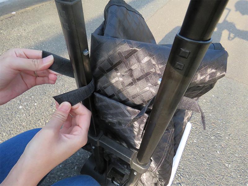 付属のバッグはマジックテープで取っ手に固定する