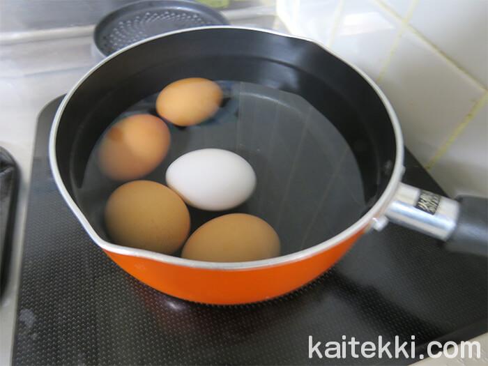 タマゴを煮てゆで卵を作る